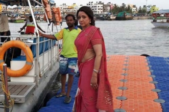 Hema Malini, Shooting On Narmada Bank, Tweets About How Clean It Is
