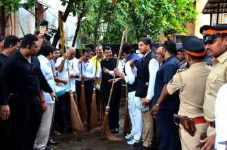 When Devendra Fadnavis And Amitabh Bachchan Picked Up Brooms For A Maha Clean-Up