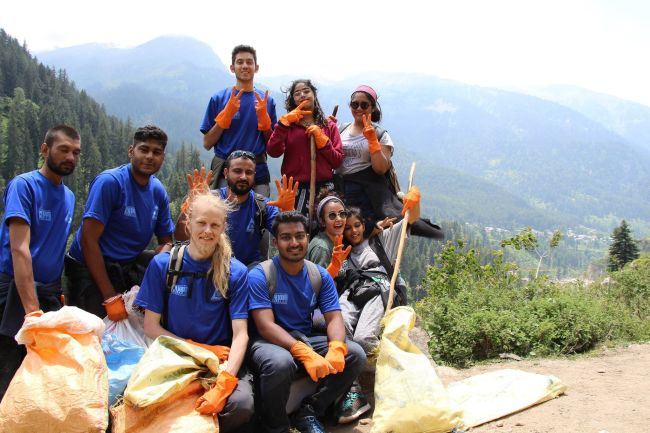 Healing The Himalayas These Manali Trekkers Are On A Swachhta Spree To Save Himalayan Rivers (2)Healing The Himalayas These Manali Trekkers Are On A Swachhta Spree To Save Himalayan Rivers (2)