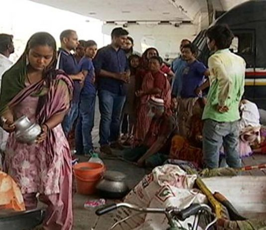 Slum Dwellers Move To Pavements, Dividers After DDA Razes Their Makeshift Homes