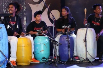 dharavi rocks music from waste material