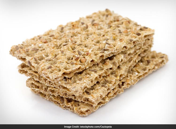 Whole-grain crackers are a good evening snack for diabetics