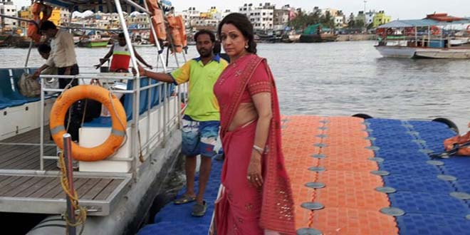 Hema Malini, Shooting On Narmada Bank, Tweets About How Clean It Is