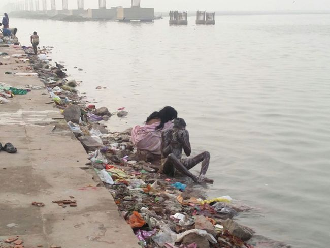 A Woman Paddle-boards Across The Ganges To Spread The Swachh Message 2