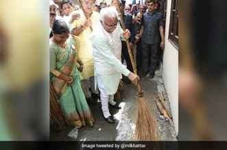 Haryana Chief Minister Manohar Lal‏ Khattar Participates In Safai Abhiyan, Picks Up A Broom To Celebrate World Environment Day