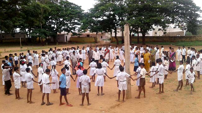 #IndiaAt70 Karnataka's Koppal District Forms Human Chain Of 10,000 People To Celebrate Khule Mein Shauch Se Azaadi Week