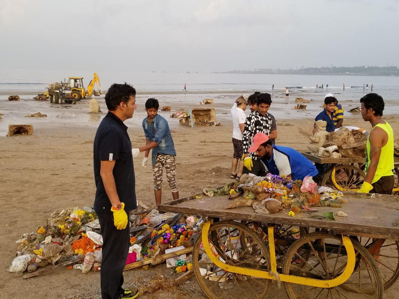 Afroz Shah Along With 900 People Removed 80,000 Kilos Of Waste And 7400 Ganesh Idols Post Ganpati Visarjan From Versova, Randeep Hooda Joins In
