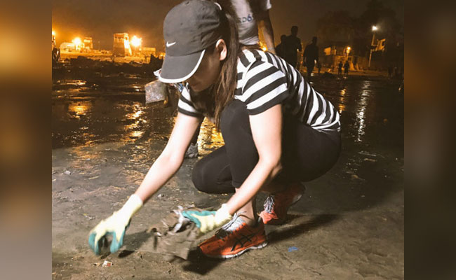 dia-mirza-cleaning-beach-ganesh-visarjan-ndtv