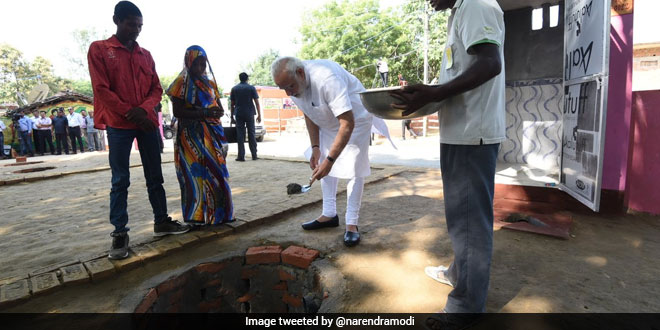 Prime Minister Narendra Modi Leads The Swachhata Hi Seva Campaign, Performs 'Shramdaan' For Toilet Construction In Varanasi