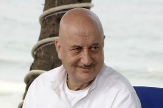 #Mere10Guz: Anupam Kher Shows How Keeping 10 Yards Clean Will Make India Swachh