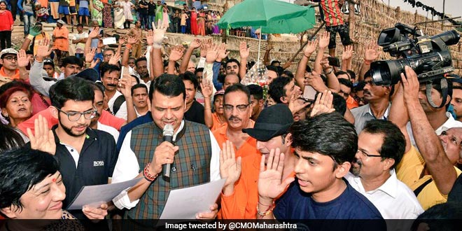 The World's Biggest Cleanup At Versova Resumes, Maharashtra Chief Minister Devendra Fadnavis Joins Afroz Shah And Said Will Draft A Policy For Beach Cleaning