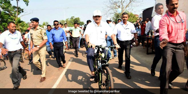 To Spread The Message Of Environment Protection, Chief Minister Manohar Parrikar Rides A Bicycle At NoMoZo