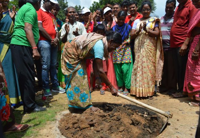 Gaddha Khodo Abhiyan Residents Of A Jharkhand District Dig 65,000 Toilet Pits In Seven Days To Achieve Open Defecation Free Status