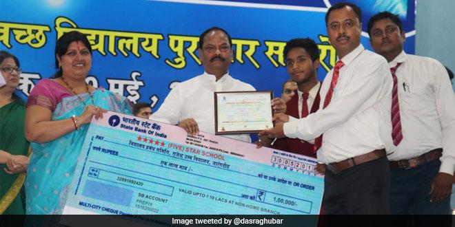 Chief Minister Raghubar Das felicitated 212 schools