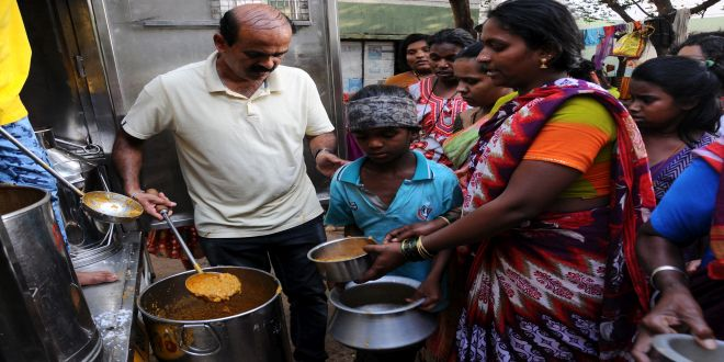 """Starvation Free India: """"Right To Eat, Not To Waste"""" As His Objective, This 43-Year-Old Government Employee Provides Food To The Hungry In Mysuru"""