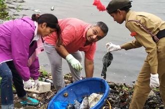 30 Minutes, 5 Beach Volunteers & Truck Loads Of Plastic Waste: How Mumbaikars Are Joining #SaveTheBeach Campaign