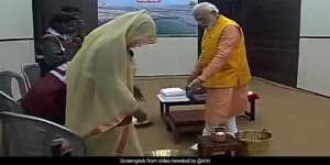 "Best Of Kumbh 2019: PM Narendra Modi Washes Feet Of Sanitation Workers, Says, ""I Salute The Contribution Of <i>Safai Karamcharis</i> Towards Swachh Bharat Mission"