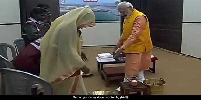 "Best Of Kumbh 2019: PM Narendra Modi Washes Feet Of Sanitation Workers, Says, ""I Salute The Contribution Of Safai Karamcharis Towards Swachh Bharat Mission"""