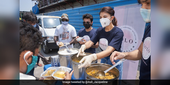 Actor Jacqueline Fernandez Distributes Meals To The Needy In Mumbai Amid COVID-19 Crisis